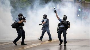 """Floyd protestosuna polis müdahalesi! """"Nefes alamıyorum"""" öfkesi!"""