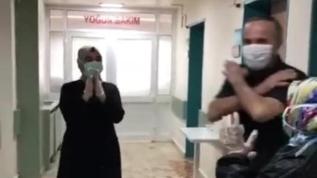 Elazığ'da Kovid-19'u yenen 60'ıncı hasta, nostaljik şarkıyla uğurlandı:  Olmaz olsun cüzdanımda milyonlar kalbimde sevgin olukça