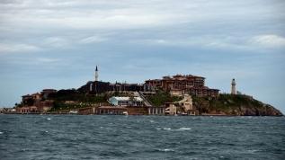 Demokrasi ve Özgürlükler Adası'na çamur attılar