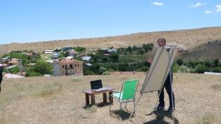 Elazığ'da lise öğretmeni öğrencileri derssiz bırakmamak için, eğitimi internet çeken tepeye taşıdı
