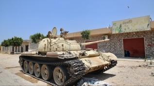 Libya ordusu başkent Trablus'un güneyinde 2 tank ele geçirdi