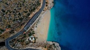 Dünyaca ünlü plaj sosyal mesafe kuralına göre yeniden düzenlendi