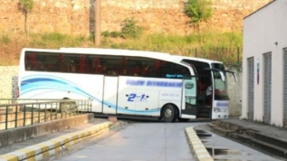 KOVID-19 olduğunu öğrenen yolcu otobüsle hastaneye götürüldü