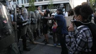 Protestolar hak mücadelesi ile vandalizm arasında ruhunu arıyor