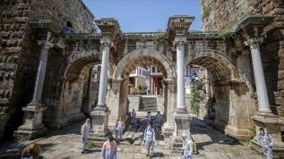 Antalya'da sosyal mesafe'yle çöp topladılar