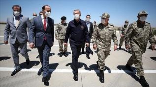 Bakan Akar ve kuvvet komutanları Suriye sınırında