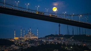 İstanbul'da dolunay kartpostallık görüntüler oluşturdu