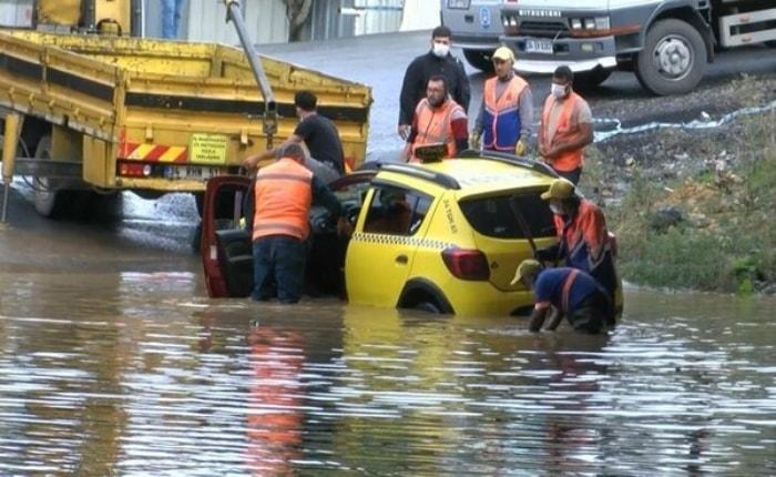 Sağanak yağış İstanbul'u vurdu... Alt geçitte mahsur kalan taksici böyle  kurtarılmayı bekledi YAŞAM Haberi | GÜNEŞ